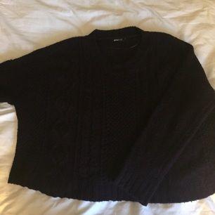 Mörklila stickad tröja, strl S. 40 kr