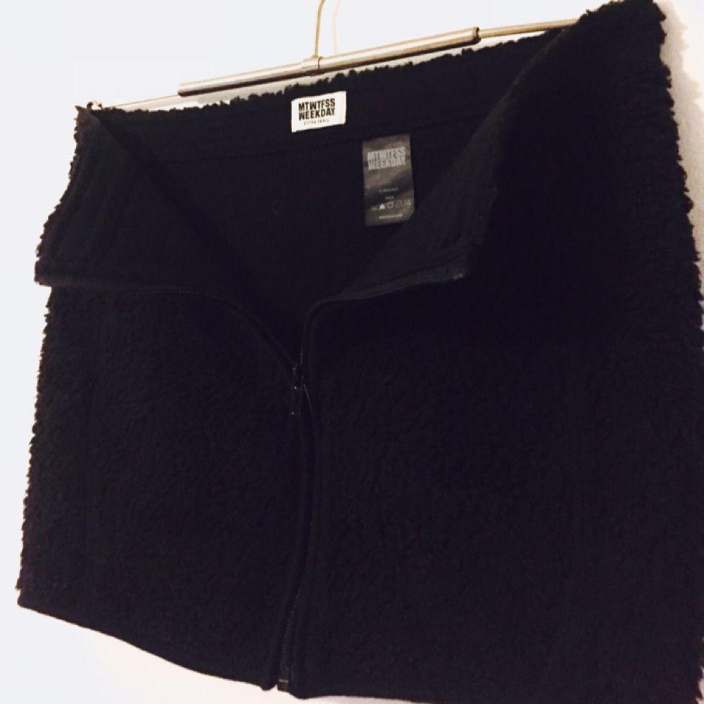 Svart kjol i fleece, värmande med kort och med dragkedja framtill. Fint skick! Köpt på Weekday.. Kjolar.