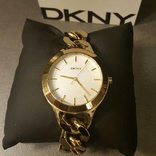 DKNY klocka. Ställbara länkar för att minska/öka storleken på armbandet. Nypris ca 1300 SEK.