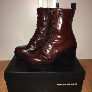 Burgundy boots från Vagabond, endast använda en gång inomhus, skitsnygga och nice i vilken årstid som helst, köpta för org. pris 1199kr säljes för 500kr