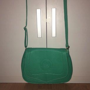 Fejk mintgrön Michael Kors axelbandsväska, superbra kvalitet och jättebra sydd, endast använd en gång!