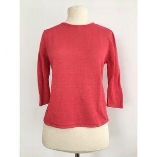 Hallonröd tröja i sval kvalité.  Märke: Saknas (Vintage) Storlek: M Skick: Mycket gott. Sparsamt använd.  Pris: 75 kronor  Frakt: Betalas av köparen.