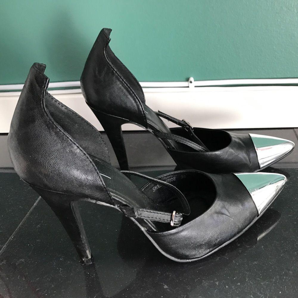 separation shoes a81c6 1c04f Svarta spetsiga pumps med 10 cm klack. Skorna är från Elin Klings  kollektion för Nowhere ...