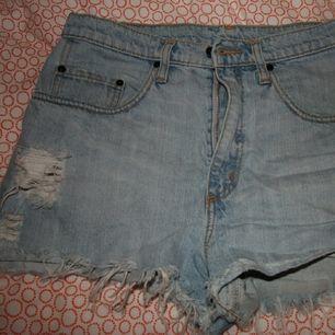 high rise denim shorts. sparsam använt