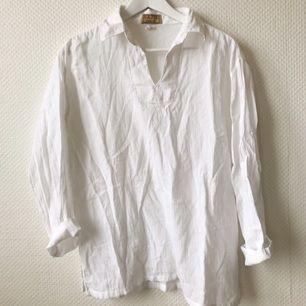 Fin strandskjorta, använd fåtal ggr. Köpt på en surfbutik i Filippinerna. Köparen betalar frakt