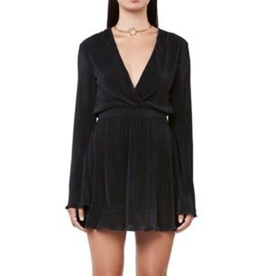 Superfin svart, plisserad klänning med flare sleeves och djup skärning i halsen, från Ivyrevel. Köpt för 699kr och använd endast 1 gång. Ser ut precis som på bilden 🌟 frakt kostar 50kr.