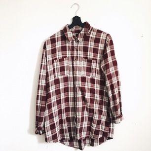 Vinrödrutig skjorta från BikBok. Storlek L men ganska liten i storleken, skulle säga att den är som en M. Den har gjort sitt i min garderob och behöver ett nytt hem. Frakt tillkommer!