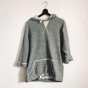 Grå hoodie med slitna detaljer. Trekvartsärm och lite oversize. Frakt tillkommer!