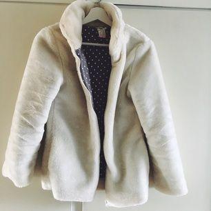 Vit, fluffig jacka från La Redoute. Knappt använd och inga fläckar! Frakt kostar 50kr. 🌺