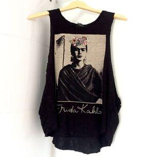 Frida Kahlo linne från Forever21. I princip aldrig använd. Broderade blommdetaljer.