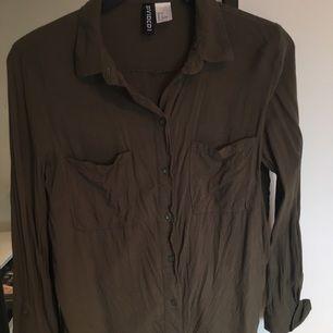 Snygg armygreen skjorta från H&m storlek 32 men passar en 34 oxå!