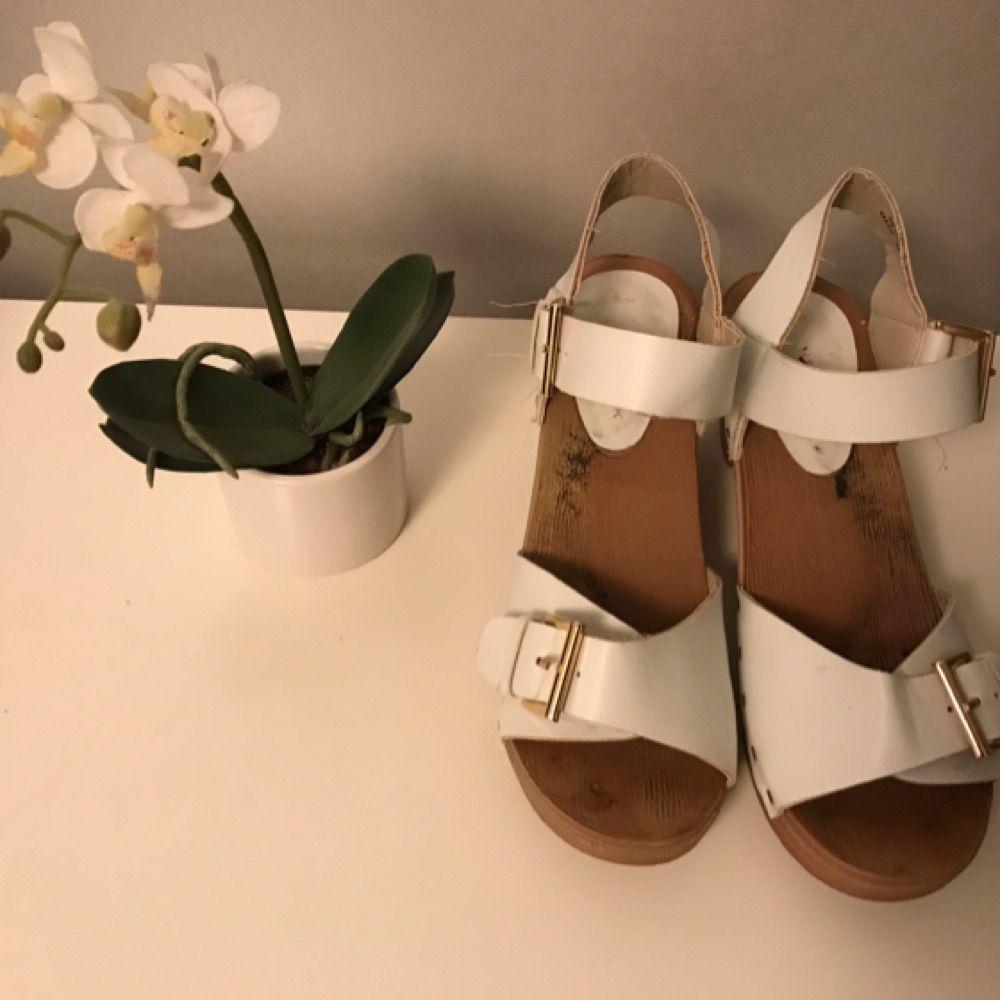 Vita sandaler, nästan oanvända!. Skor.