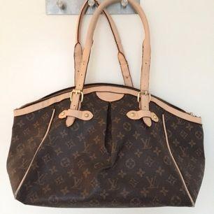 Superfin Louis Vuitton-väska (fake) i perfekt storlek och fin mörbrun läderimitation. Köpt på Tradera för några år sedan.