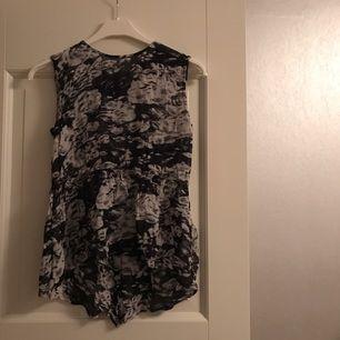 Snyggt mönstrat linne med knäppning i ryggen. Säljes pga fel storlek.