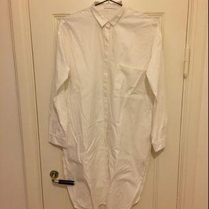 Lång skjorta från weekday. Använt den som klänning eller över ett par schysta byxor! Så fin!!!! Jag har även haft den som