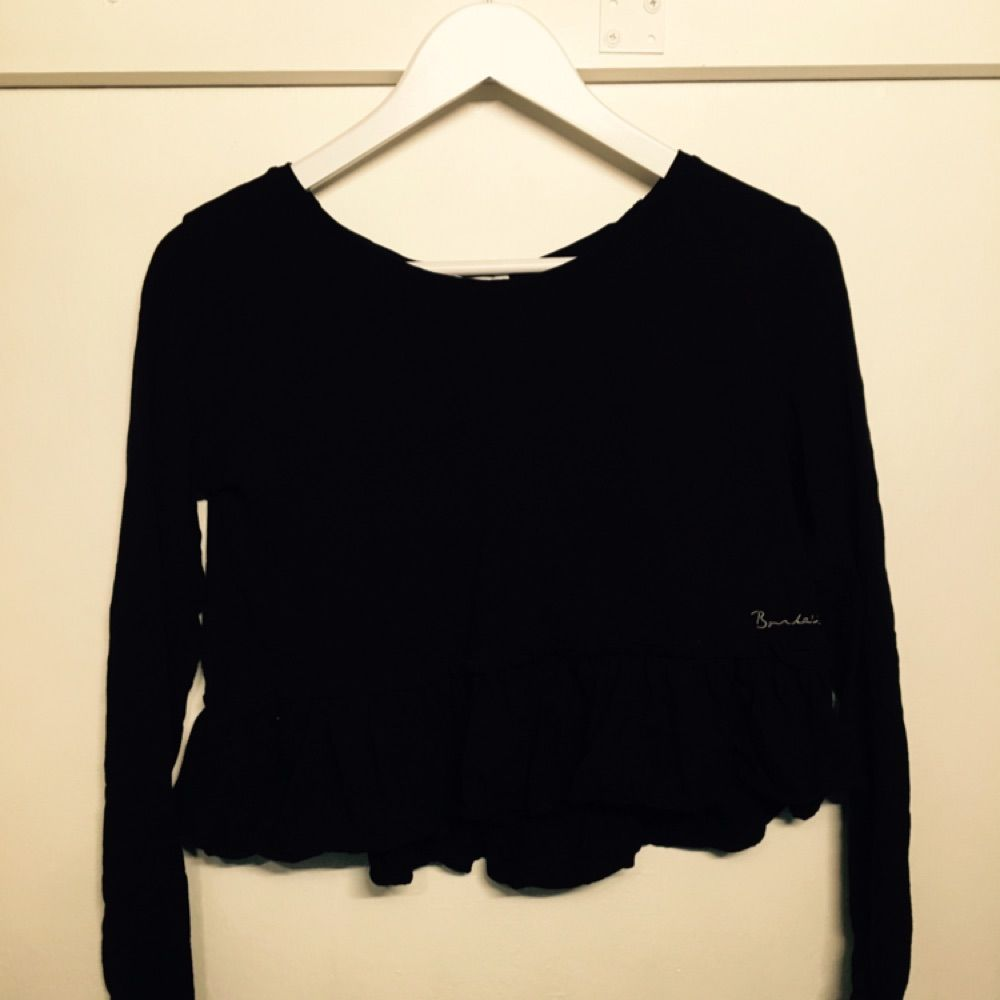 9e5ab94fe674 Svart tröja med volanger vid midjan från bondelid Säljer pga att den blivit  för stor Swish ...