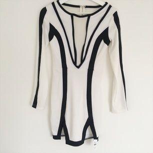 Jättefin klänning från Chicy.se aldrig använd med prislappen kvar, säljes pga fel storlek. Transparent material i som urringning. Nypris 500kr