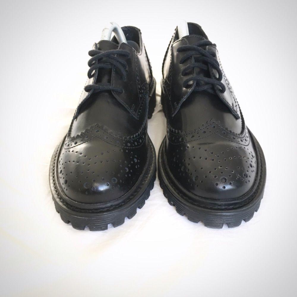 Nypris 800kr Köparen står Helt oanvända lågskor från Nilson Shoes. Grov  traktorsula med brougemönster. Nypris 800kr Köparen står abc7f219d9a6d