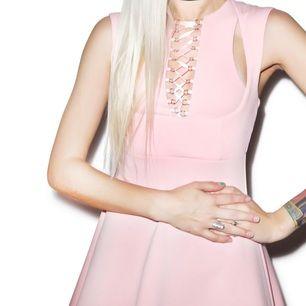 Rosa klänning från märket Current Mood. Perfekt skick, bara använd 1 gång. Säljer pga att den är en aning för kort på mig och passar inte längre min stil.