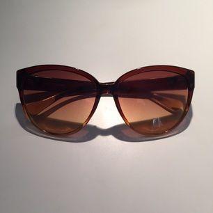 Jättefina oanvända solglasögon från okänt märke.