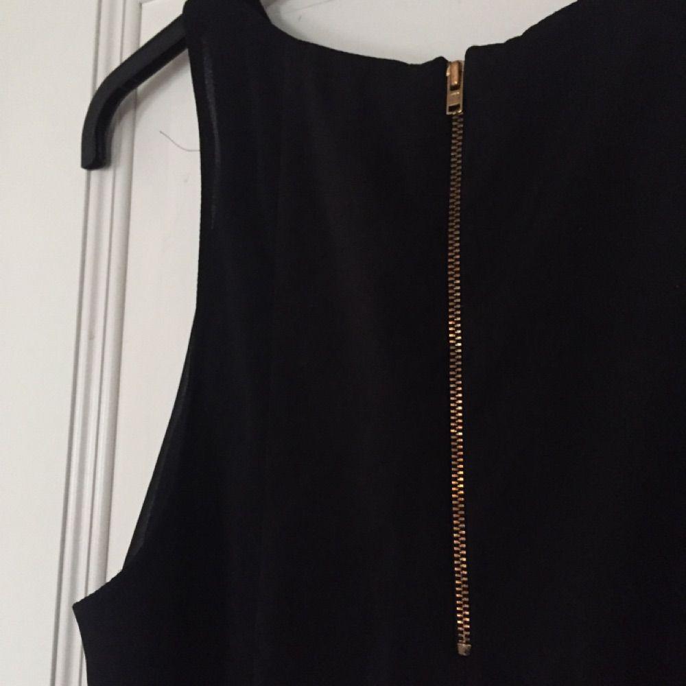 Svart linne från H&M som fungerar bra så väl till vardags som vid finare tillställningar. 100% polyester med längre undertyg bak.. Toppar.