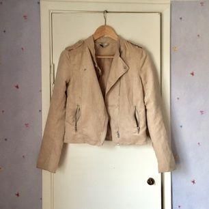 Beige (faux) mocka jacka. Använd ett fåtal tillfällen. Passar 34-38.