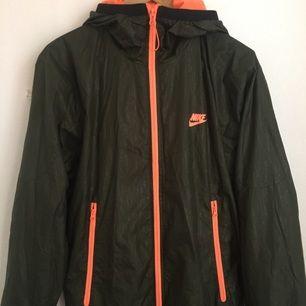 Tunn jacka Nike herr modell storlek M Mörkgrön och orange färg