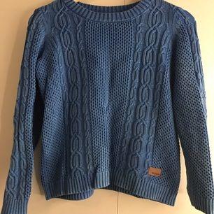 Mysig stickad tröja från dobber. Härligt tung känsla och väldigt bra skick. Det är meningen att den ska se lite blekt och sliten ut.