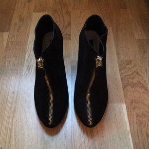 Stövletter med stilettklack, svart mockaimitation, storlek 41. Guldfärgad dragkedja. Från Zara.