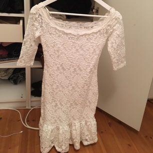 Snygg offshoulder vit spetsklänning från Gina köptes inför förra årets skolavslutning och blev bara använd en gång. Man får en otroligt fin figur men det är inte min stil.