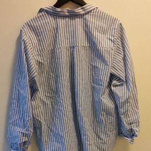 Snygg helt oanvänd skjorta från hm, lappen är kvar till och med. Säljs då den inte passar mig. Möter up eller fraktar :))