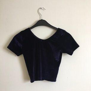 mörklila croptop i sammet från american apparel. använd högst 1-2 ggr!