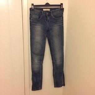 Ankelkorta, ljusa jeans med dragkedja vid ankeln från Zara. Säljer pga att de ej passar mig längre!