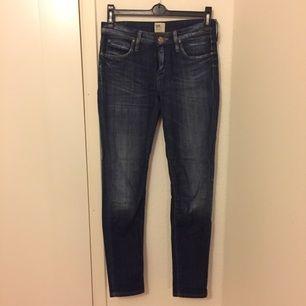 Jeans från Lee, modellen Scarlett. Knappt använt dem, men rev upp dem på en spik första dagen jag hade dem så därför är det sytt i skrevet/mellan bena och syns inte när man har på dem. Köpta för 999kr, säljer pga att dem inte passar mig längre.