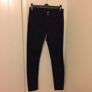 Svarta tighta byxor/jeans från H&M Divided. Använt dem en gång och säljer pga att jag har flera andra svarta byxor!
