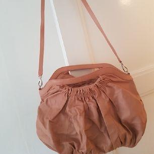 väska med avtagbar axelrem.