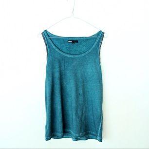 Carlings-linne i skitsnygg grön, helt oanvänt. Storleken är XS men den passar en Small eller Medium om man inte vill ha så loose fit.