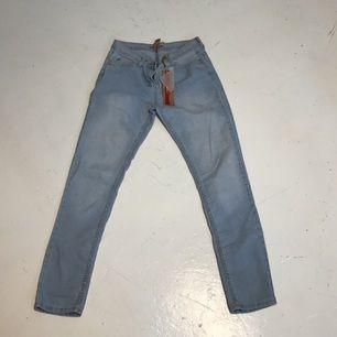 ⭐️ljusblåa skinny jeans med mellanhög midja Strl 40 Tar swish, kan även mötas upp i stan. Köparen står för frakten.