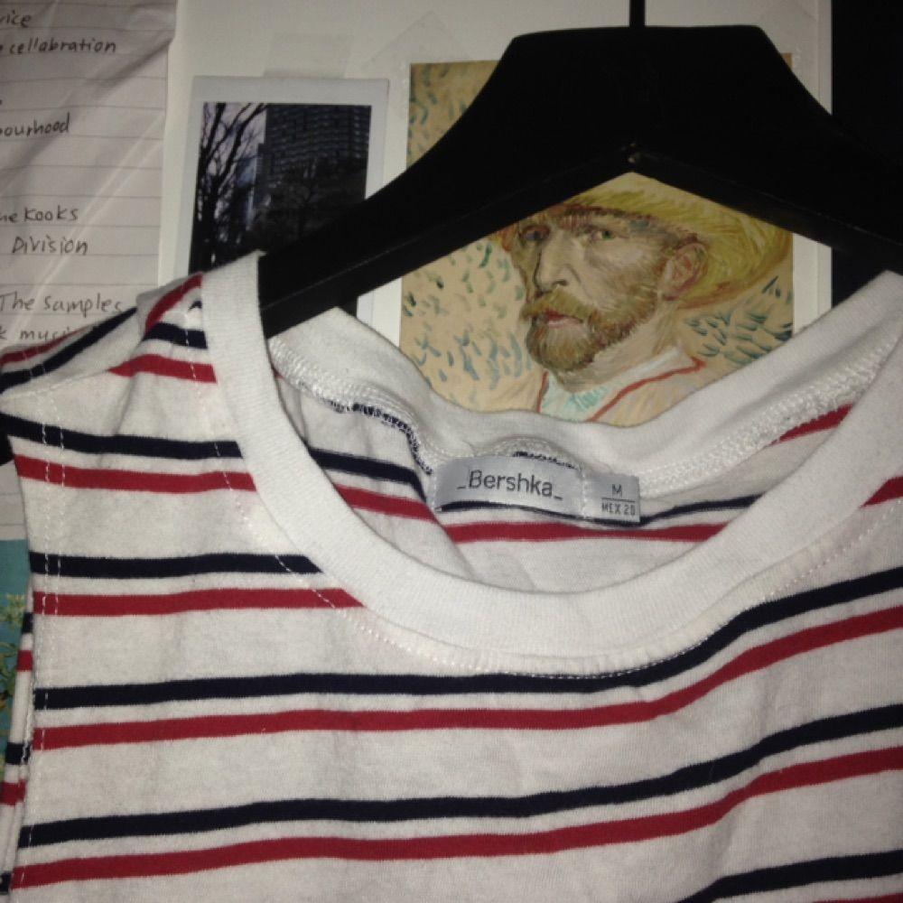 Jättegulligt linne från Bershka! Tar emot swish eller kontant och möts upp i Stockholm eller skickar om du betalar frakt ☺️. Toppar.