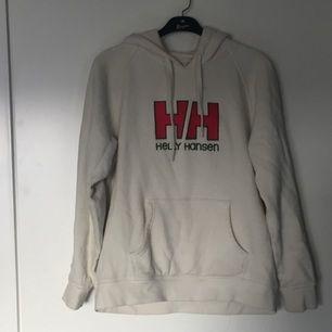 Vit Helly Hansen hoodie i storlek L fast sitter mer som en M 9/10 condition. Pris kan diskuteras vid snabb affär.