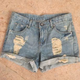 Något stretchiga jeansshorts i storlek S så typ 27. Aldrig använda och minns inte varifrån jag köpte dem men vet att jag beställde dem från utomlands. Köparen står för frakt.