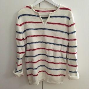 Jättefin, tjock stickad tröja i en oversized storlek så den passar flera storlekar. Använd ett fåtal gånger. Köparen står för frakt.
