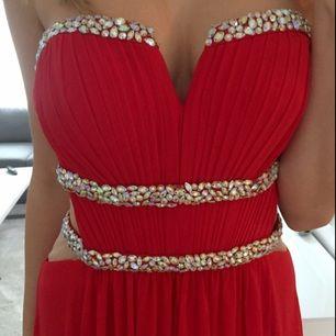 Vacker aftonklänning från märket LA FEMME. Använd en gång (nyskick) och fick många fina komplimanger. Passar till lite finare tillställningar. Nypris 3500 SEK.