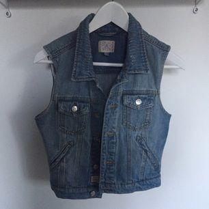 Vintage-väst i jeans! Sjukt snygg nu i sommar/vår över en klänning eller till en vit skjorta 🌞