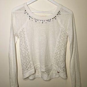 Äkta Hollister tröja med kristaller och genomskinlig rygg!! Svinsnygg