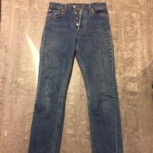 Mörka inte så använda Levis jeans från 80/90-talet. En nästan omärkbar fläck i nedre kanten. Knappar hela vägen/ingen dragkedja