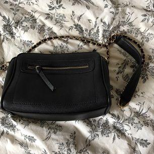 Snygg liten svart väska köpt på Forever 21. Köpare står för frakten och köpt är köpt