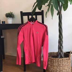 En knappt använd träningströja köpt för några år sedan, passar den som gillar skrik rosa! Perfekt för löpning.