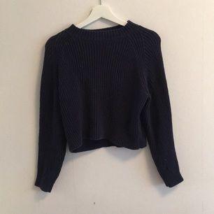 Tjock och skön tröja från Monki, är i mycket gott skick bortsett från ett pyttelitet hål där bak som inte syns. Den är ganska kort. Tröjan är en typisk S💙💙💙