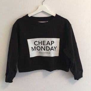 Kort snygg tröja från Cheap Monday. Använd ett fåtal gånger.  Tröjan är i storlek S. Nypris: 400💗💗💗